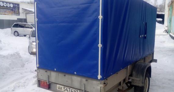 Прямоугольный ПВХ-тент синего цвета на легковой прицеп